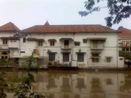 Gedung Notaris dari sisi kalimas