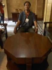 Kursi tamu yang sama usianya dengan gedungnya